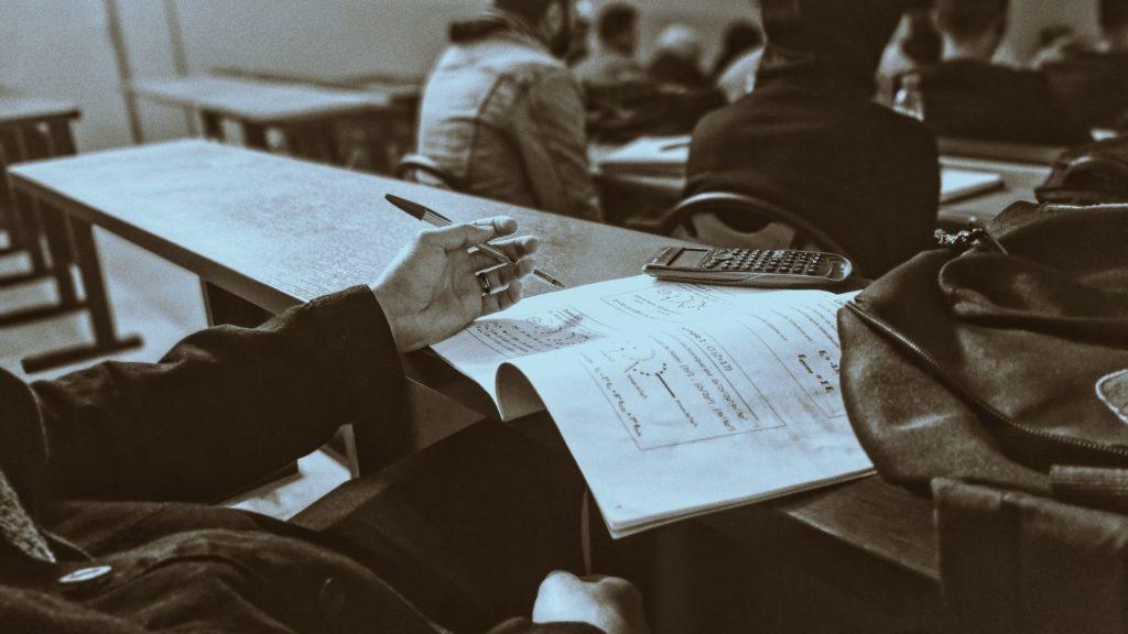 Foto di uno studente annoiato